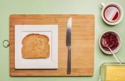 在方形的板材的切的黑面包用清凉茶 免版税库存图片