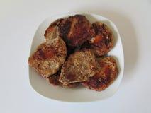 在方形的白色板材的熟肉 免版税库存图片