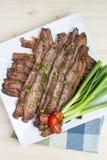在方形的白色陶瓷板材的被烘烤的干胡椒烟肉 库存图片