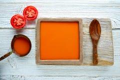 在方形的盘和白色木头的西红柿酱 库存图片