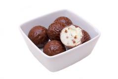 在方形的碗的巧克力果仁糖 免版税库存图片