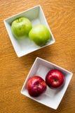 在方形的碗的红色和绿色苹果 库存图片