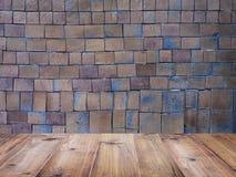 在方形的黏土瓦片和砖墙样式的木台式 库存图片