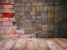 在方形的黏土瓦片和砖墙样式的木台式 免版税库存图片