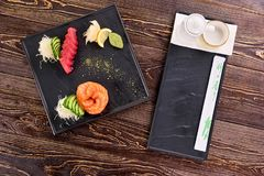 在方形的黑色的盘子的开胃新鲜的juisy寿司 库存图片
