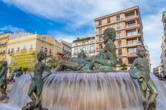 在方形的Plaza de la Virgen的喷泉在巴伦西亚 免版税图库摄影