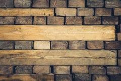 在方木切开的被堆积的木头背景  免版税图库摄影