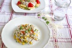 在方格的桌布供食的菜意大利煨饭 免版税库存图片