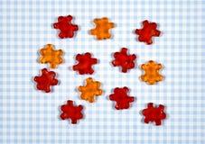 在方格的背景的五颜六色的胶粘的熊糖果 免版税库存图片