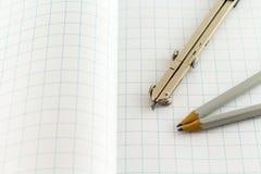在方格的背景的起草的指南针 免版税库存图片