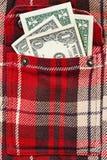 在方格的衬衣夹克的少量美元笔记 免版税库存照片
