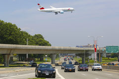 在方法的奥地利航空波音777对JFK国际机场在纽约 免版税库存照片