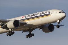 在方法的新航波音777-300 777-312/ER班机9V-SWR对土地在墨尔本国际机场 免版税库存照片