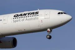 在方法的澳洲航空空中客车A330-303班机VH-QPF对土地在墨尔本国际机场 免版税库存照片