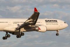 在方法的澳洲航空空中客车A330-303班机VH-QPI对土地在墨尔本国际机场 库存图片