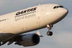 在方法的澳洲航空空中客车A330-303班机VH-QPI对土地在墨尔本国际机场 库存照片