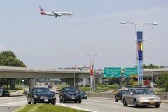 在方法的美国航空波音737对JFK国际机场在纽约 免版税图库摄影