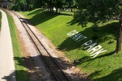 在方铅矿的老铁路在一明亮的天 免版税库存照片