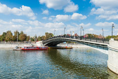 在旁路运河的卢日科夫(恋人的)桥梁 免版税库存照片