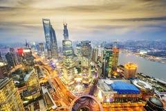在旁边中心财务huangpu lujiazui东方珍珠河上海塔电视视图 上海Lujiazui 免版税库存照片