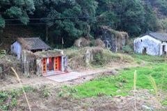 在旁边的寺庙被放弃的房子在一个传统村庄在HK 免版税库存照片