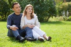 在旁边看起来的夫妇结婚户外 免版税库存照片
