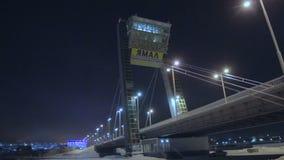 在旁边行动到反对黑暗的夜空的大桥 股票视频