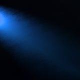 在旁边角落,蓝色光束的蓝色聚光灯在黑背景的与难看的东西纹理 免版税库存照片