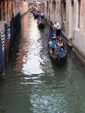 在旁边运河的长平底船,威尼斯,意大利 免版税库存照片