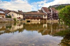 在旁边Ornans都市风景Loue河-杜省-法国 图库摄影