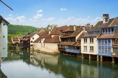 在旁边Ornans都市风景Loue河-杜省-法国 免版税图库摄影