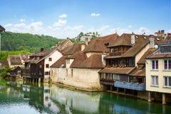 在旁边Ornans都市风景Loue河-杜省-法国 库存图片