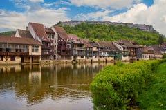 在旁边Ornans都市风景Loue河 图库摄影