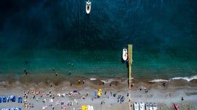 在旅游城市下、山和海滩、旅馆和餐馆,大厦,企业游览,海的鸟瞰图的上面 库存照片