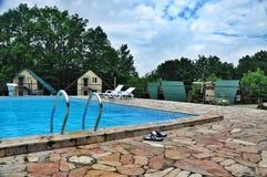 在旅游基地的游泳池核桃树丛的其余的 免版税图库摄影