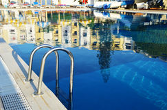 在旅游手段的游泳池在夏时 免版税库存照片