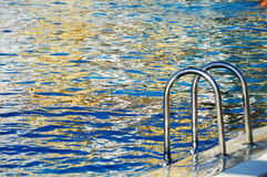在旅游手段的游泳池在夏时 免版税库存图片