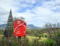 在旅游的观点的邮箱和在小山山的杉树 库存图片