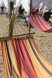 在旅游胜地的海滩的吊床tou的放松的 免版税图库摄影