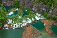 在旅游道路附近的小瀑布在Plitvice湖国家公园,克罗地亚 免版税库存照片