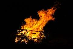 在旅游阵营的篝火在晚上 在黑背景的红色火焰 E 图库摄影