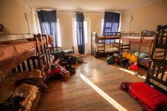 在旅舍的床 免版税图库摄影