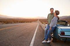 在旅行支持的汽车的资深夫妇,全长 免版税库存照片