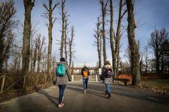 在旅行期间的妇女游人 免版税图库摄影