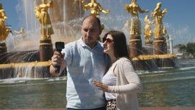 在旅行期间,博客作者夫妇射击他们自己和视域 股票录像