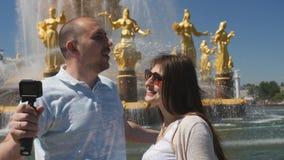 在旅行期间,博客作者夫妇射击他们自己和视域 影视素材