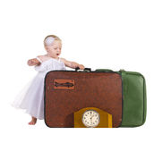 在旅行的准备好的立场附近的孩子皮箱 图库摄影