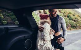 在旅行的浪漫年轻夫妇 库存照片