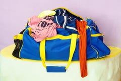 在旅行袋子的被弄皱的衣裳 免版税库存照片