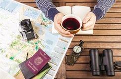 在旅行计划期间的人饮用的茶 库存照片